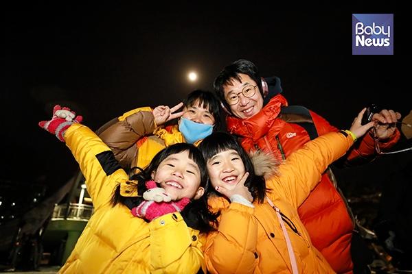 생애 첫 슈퍼 블루문 개기월식 행사에 참석한 지희와 다희네 가족. 최대성 기자 ⓒ베이비뉴스