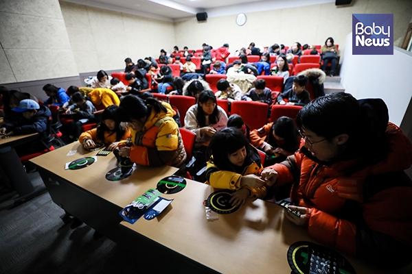31일 오후 서울 노원우주학교를 찾은 50여 명의 아이들과 학부모들이 월식강연을 들은 후 달 위상변화 공작활동을 하고 있다. 최대성 기자 ⓒ베이비뉴스