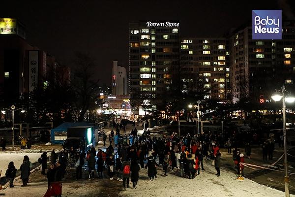 31일 밤. 서울 노원구 노원우주학교 앞 중계근린공원에서 열린 슈퍼 블루문 개기월식 공개관측 행사에 많은 시민들이 참여하고 있다. 최대성 기자 ⓒ베이비뉴스