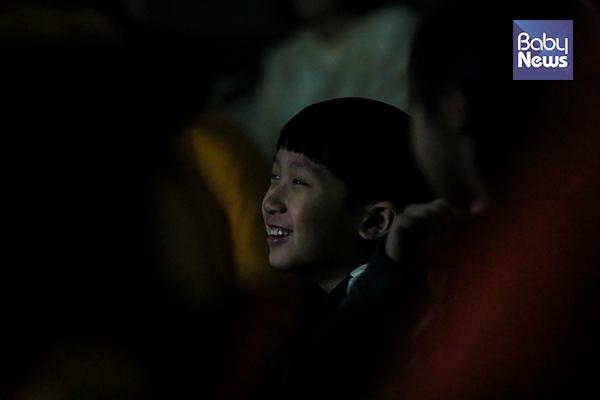 한 아이가 31일 서울 노원우주학교 스페이스홀에서 열린 월식강연을환하게웃으며 듣고 있다. 최대성 기자 ⓒ베이비뉴스