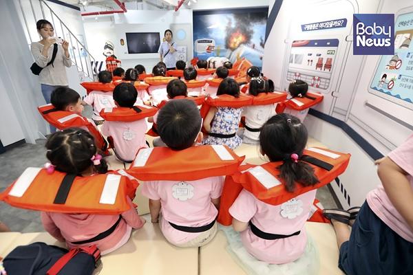 국공립행복한어린이집 어린이들이 송파안전체험교육관을 방문해 선박안전교육을 받고 있다. 김근현 기자 ⓒ베이비뉴스