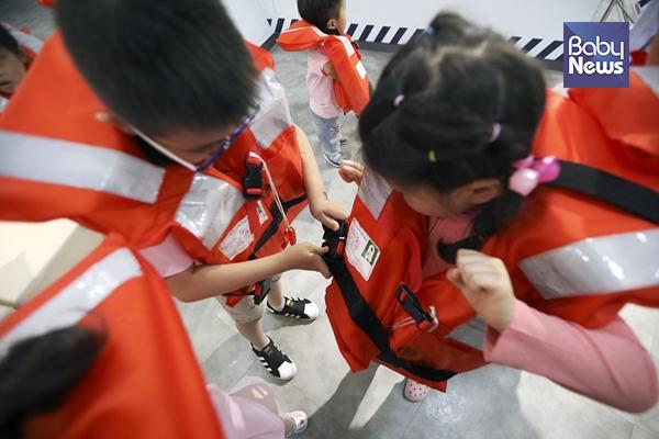 국공립행복한어린이집 어린이들이 구명조끼를 착용해보고 있다. 김근현 기자 ⓒ베이비뉴스