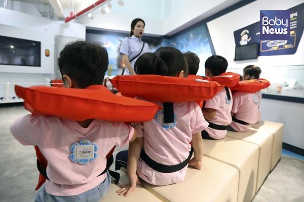 국공립행복한어린이집 어린이들이 구명조끼를 착용하고 안전하게 선박을 탈출하는 교육을 받고 있다. 김근현 기자 ⓒ베이비뉴스