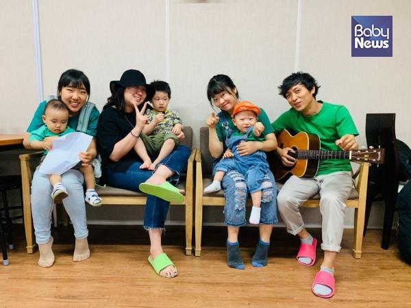 음원 작업에 아이들과 함께한 초록육아당 당원들. 맨 오른쪽이 김영준 씨다. ⓒ초록육아당