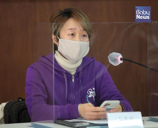 김정덕 정치하는엄마들 활동가가 '아동돌봄공백'에 관한 책임촉구와 대안 마련을 촉구하고 있다. 최대성 기자 ⓒ베이비뉴스