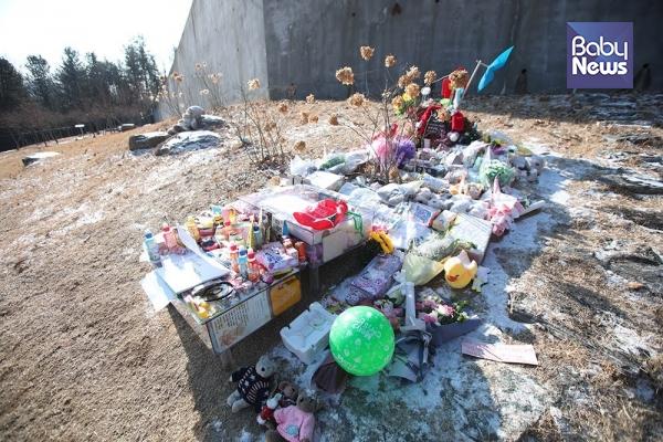 경기 양평 하이패밀리 안데르센 공원묘원에 양부모의 학대로 숨진 16개월 영아 정인양을 추모하며 시민들이 갖다 놓은 물품들이 놓여있다. 최대성 기자 ⓒ베이비뉴스
