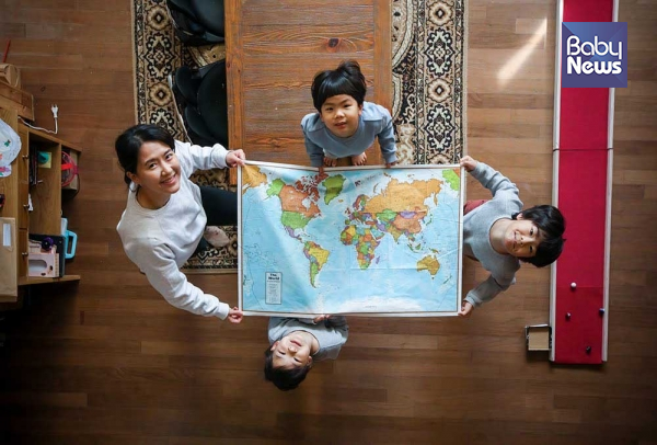 지난달 29일 경기도 남양주에 거주하는 11년 차 홈스쿨링 가족이 지도를 활용한 미술수업을 마친 후 포즈를 취하고 있다. 최대성 기자 ⓒ베이비뉴스
