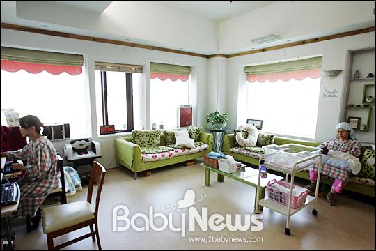 베이비뉴스 이기태 기자 = 목동 M&B산후조리원. 한 산모가 신생아와 함께 산모전용 거실에서 햇살을 받으며모유수유을 하고 있다.맞은편 산모는 인터넷을 하며 휴식을 갖고 있다.likitae@ibabynews.com ⓒ베이비뉴스