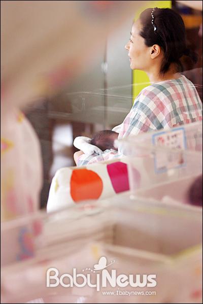 베이비뉴스 이기태 기자 =목동 M&B산후조리원 산모전용 거실에서 아기에 수유하며 또다른 산모와 이야기를 나누고 있다. likitae@ibabynews.com ⓒ베이비뉴스