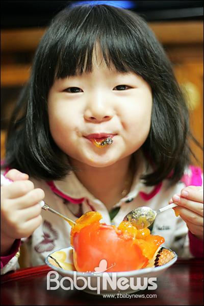베이비뉴스 이기태 기자 =감이 몸에 좋다는 건 널리 알려져 있다. 난생 처음 감을 먹을 때, 인상을 쓰며 먹지 않던 아이였다.아이는 좋아하는 사람이연시를 먹는다는 사실을 안 순간, 먹기 시작했다. 아이가 좋아하는 사람은 할머니였다.참 이상하게도좋은 음식을아이에게 먹이기 참 힘들다. likitae@ibabynews.com ⓒ베이비뉴스