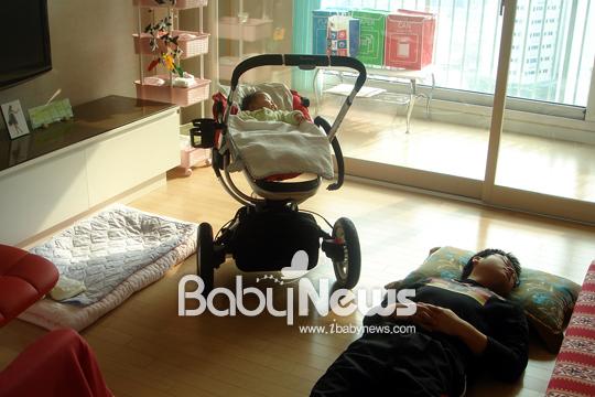 잠을 제대로 자지 못하던 남편은 아기가 잘 때 간신히 잘 수 있었다. ⓒ정옥예