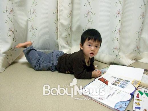 우리 셋째, 엄마와 아빠와 형들에게 다 한번씩 책 읽어달라고 졸라대는 독서광이다. 2011년 2월. ⓒ원혜진