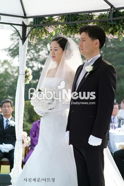 심은하는 결혼식에 하얀 수국으로 만든 화이트 부케를 들었다. ⓒ아트 청