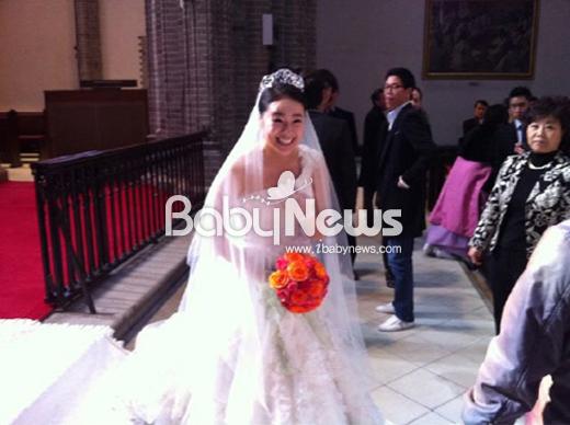 허이재는 결혼식에 진한 오랜지 컬러의 웨딩부케를 선보였다. ⓒ2AM 창민 트위터