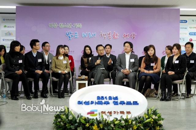 23일 이명박 대통령이 서울 중구 한국청소년상담원에서 여성가족부(장관 김금래)의 '2012년 여성가족부 업무계획'을 보고받고 있다. ⓒ청와대