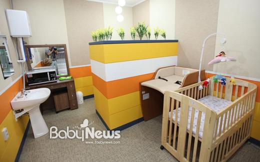 서울 지하철 1~4호선을 운행하고 있는 서울메트로가 총 25개의 역에 수유실을 운영하고 있다.2011년 수유실 이용객이2010년에 비해 2배 정도 이용객이 증가했다. ⓒ서울메트로