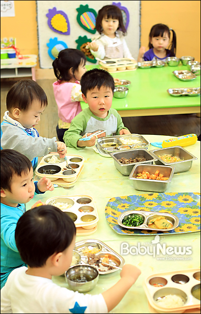 베이비뉴스 이기태 기자 = 서울의 한 어린이집 만 2세 아이들이 점심식사를 하고 있다. 전국시도지사협의회 측이 조사한 결과, 서울 서초구를 비롯해 6월안에 만 0~2세 무상보육료 지원 예산이 바닥나는 곳은 기초자치단체는 전국 20여 곳에 이르고, 8월까지 가면 100여 곳으로 늘어난다. likitae@ibabynews.com ⓒ베이비뉴스