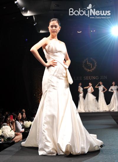 이승진웨딩 부산점이 15일 오후 부산 부산진구 헤리움웨딩홀에서 '이승진 2012 F/W 컬렉션'을 열고 30여벌의 웨딩드레스를 선보였다. ⓒ이승진웨딩 부산점