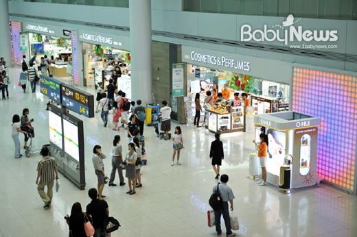 인천공항 면세쇼핑공간 에어스타 애비뉴(AIRSTAR Avenue)에서 여행객들의 발걸음을 재촉하는 면세점 쇼핑 팁을 소개한다. ⓒ인천공항 면세쇼핑공간 에어스타 애비뉴