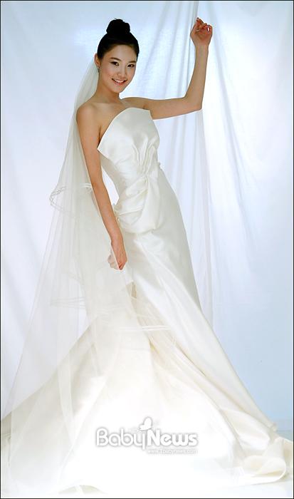 베이비뉴스 이기태 기자 = 디자이너 웨딩드레스숍 비바탐탐이 오픈 7주년 확장오픈을 기념해 지난달 22일 서울 강남구 신사동 비바탐탐 신사옥에서 살롱쇼 'the Aura of Aurora'를 열고 2012 A/W 시즌을 겨냥한 새로운 드레스를 선보였다. likitae@ibabynews.com ⓒ베이비뉴스