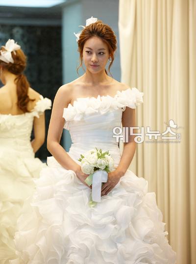 KBS 2TV '넝쿨째 굴러온 당신'에서 웨딩드레스 자태를 드러낸 오연서. 오연서의 웨딩드레스는 국내 웨딩드레스 브랜드 스포엔샤 제품으로 화려한 러플과 원숄더로 우아하면서 로맨틱한 매력을 선보였다. ⓒKBS