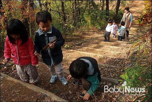 베이비뉴스 이기태 기자 = 성미산어린이집 아마 활동에 나선 김주현(펭귄, 38) 씨가26일 오전 서울 마포구 성미산에서 성미산어린이집 만 2~3세반 아이들과 함께 성미산 정상으로 가는 산책로를 오르고 있다. 김 씨는 성미산어린이집에 만 5세 자녀를 보내는 엄마다. likitae@ibabynews.com ⓒ베이비뉴스