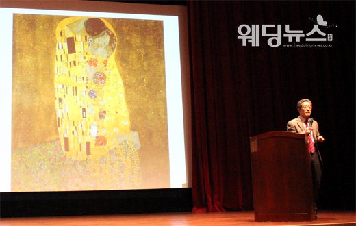 베이비뉴스 신세연 기자 =부부행복연구소 김주언 소장은 26일 오후서울시 영등포구 영등포동에 있는 롯데백화점 영등포점에서 열린 롯데부부학교에서'연애'를 오스트리아 화가 구스타프 클림트(Gustav Klimt)의 명화 '키스(The Kiss)'에 비유해 설명했다. ssy@ibabynews.com ⓒ베이비뉴스