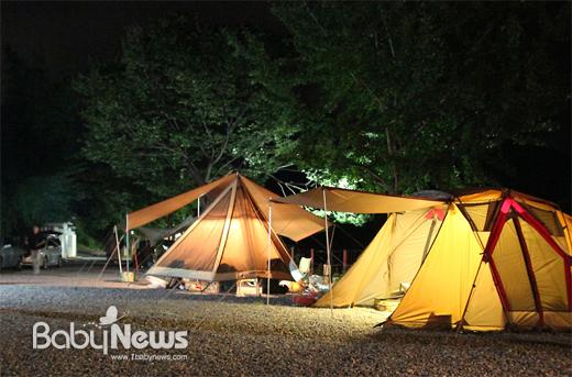 네이버 캠핑 파워블로그 '마주 보는 여행'(http://blog.naver.com/wowday3435)을 운영하는 강대현(닉네임 차칸늑대) 씨는 어린 자녀와 캠핑을 떠나기 전에 불 근처에서 장난을 치지 않도록불에 대한 안전교육을 해야 할 것이라고 조언했다. ⓒ강대현