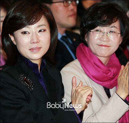 조윤선 여성가족부장관 후보자가 3.8세계여성의날 기념일인 8일 오전 서울시청에서 열린 제29회 한국여성대회 올해의 여성운동상 수상자의 수상소감을 들으며 눈물을 흘리고 있다.이기태 기자 likitae@ibabynews.com ⓒ베이비뉴스