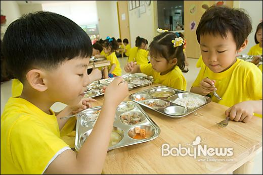5일 오후 광주광역시 북구 오룡동 첨단어린이교통공원에 위치한 광주광역시 시립보듬이나눔이어린이집 6~세 아이들이 식당에서 모여 함께 점심식사를 하고 있다. 이기태 기자 likitae@ibabynews.com ⓒ베이비뉴스