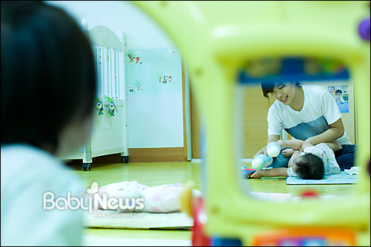 서울 서초구 푸르니작은어린이집 한 영아전담 보육교사가 영아의 기저귀를 갈아주기 전 교감하는 시간을 갖고 있다. 이기태 기자 likitae@ibabynews.com ⓒ베이비뉴스