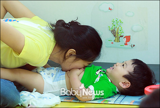 '엄마처럼 아기에게' 서울 서초구 푸르니작은어린이집 한 영아전담 보육교사가 영아들의 기저귀를 갈아주기 전 아이에게 스킨십을 하는 등 아이와 교감하는 시간을 갖고 있다. 이기태 기자 likitae@ibabynews.com ⓒ베이비뉴스