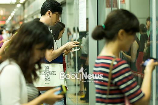 17일 오후 시민들이 지하철 승강장에서 스마트폰을 들여다보며 전동차를 기다리고 있다. 이기태 기자 likitae@ibabynews.com ⓒ베이비뉴스