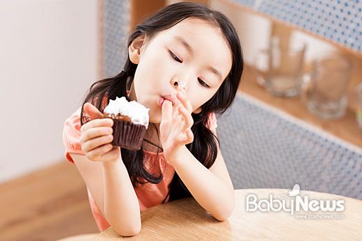 어릴 때부터 길들여야 하는 것 중에 하나가 바로 입맛이다. 입맛이 까다로운 아이에게는 직접 골라먹을 기회를 주는 게 좋다. 또한 부모와 함께 음식을 만들 수 있도록 하는 것도 편식 등을 예방할 수 있는 방법이다. 이기태 기자 likitae@ibabynews.com ⓒ베이비뉴스