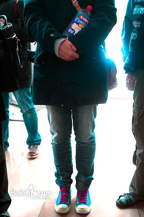 11일 오전 한 가습기살균제 피해자가 서울 송파구 삼전동 옥시레킷벤키저 본사가 있는 건물 1층에서 '옥시싹싹 가습기당번'을 들고 옥시레킷벤키저 관계자가 나오기를 기다리고 있다. 이기태 기자 likitae@ibabynews.com ⓒ베이비뉴스