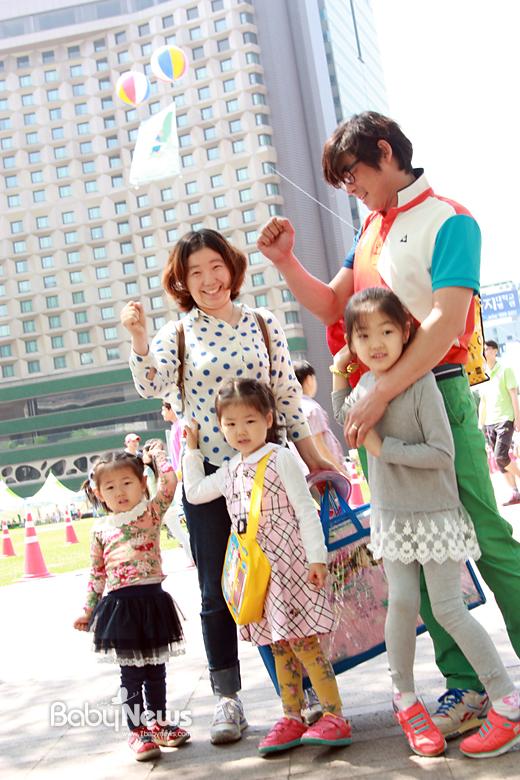 황미희 씨와 박준호 씨는 세 자매를 낳아 키운다. 이날 처음으로 서울시에서 하는 행사 나들이에 나섰다. 이민지 기자 nnabi@hanmail.net ⓒ베이비뉴스