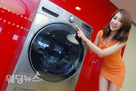 LG 트롬식스모션 터보샷 시리즈는스팀클리닉, 알뜰삶음코스 등 기능으로 옷감의 손상은 최소화하고 세탁력은 최대화해 빨래 부담을 덜 수 있는 제품이다. ⓒLG전자