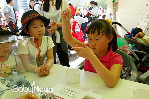 다둥이마라톤 어울마당에서 서울시복지재단이 진행한 가족팔찌 만들기 체험을 하는 어린이들의 모습. 이기태 기자 ikitae@ibabynews.com ⓒ베이비뉴스