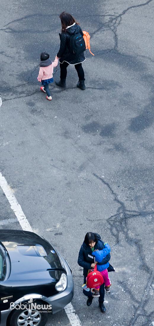 '워킹맘의 아침' 2월의 어느 아침, 직장에 다니는 엄마들이 자녀를 어린이집에 맡기기 위해 바쁜 발걸음을 옮기고 있다. 이기태 기자 likitae@ibabynews.com ⓒ베이비뉴스