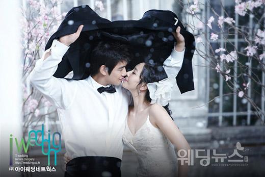 손승락은 미스코리아 출신 동갑내기 예비신부 김유성과 2010년 12월 4일 서울 종로구 부암동 AW컨벤션에서 결혼했다. ⓒ아이패밀리SC