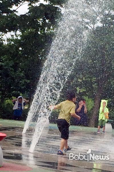바닥분수에서 물놀이를 하게 될 경우, 물이 입이나 코로 들어가지 않도록 조심해야 한다. 소장섭 기자 desk@ibabynews.com ⓒ베이비뉴스