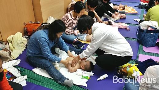 동작구의 '오감튼튼 아기 마사지' 프로그램은 3~10개월 영유아와 부모를 대상으로 매주 금요일 오후 3시부터 1시간 동안 사당분소에서 진행된다. 올해 상반기에는 영아 및 부모 등 186명이 오감튼튼 아기마사지 프로그램에 참여해 편안하고 자유롭게 육아정보를 공유했다. ⓒ동작구