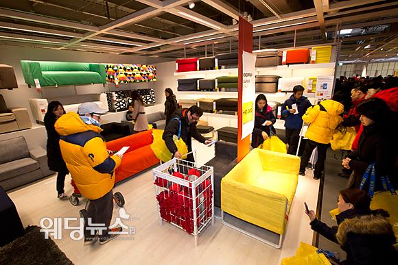 홈퍼니싱 기업 이케아 코리아(IKEA Korea)가 18일 오전 경기도 광명시 일직동에 국내 첫 매장인 광명점을 개장한 가운데 시민들이 쇼파 매장에서 제품들을 살피며 쇼핑하고 있다. 이기태 기자 likitae@ibabynews.com ⓒ베이비뉴스