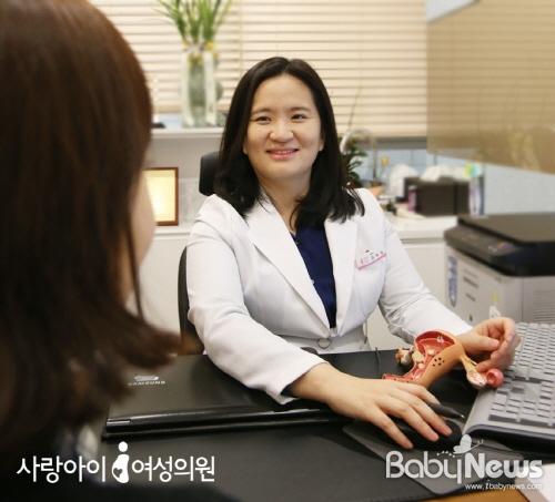 김미경 사랑아이여성의원 원장의 진료 모습. ⓒ사랑아이여성의원
