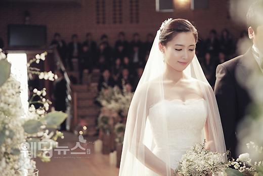지난 24일 결혼한 배우 남상미의 본식 사진이 공개됐다. 사진 속 남상미는 단아하고 청순한 겨울 신부의 모습으로 누리꾼의 눈길을 끌고 있다. ⓒ제이알엔터테인먼트