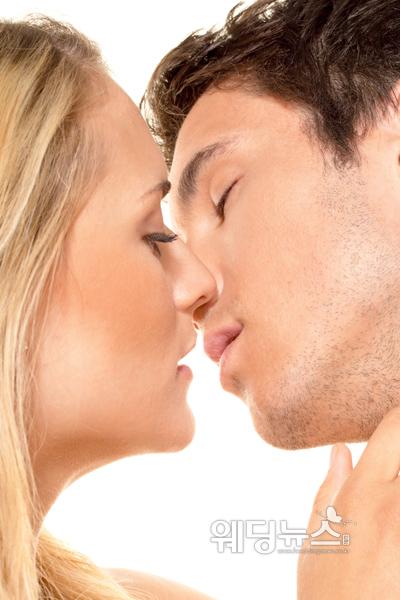 연인 간 친밀감을 높이고 싶다면 서로의 눈을 오래 바라보며 시선과 호흡을 맞춰 가는 게임으로 서로를 유혹해보자.