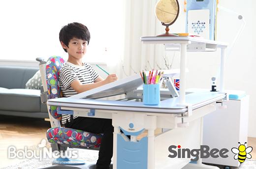 인체공학가구 전문기업 씽비(singbee-korea.co.kr)는 오는 11일부터 14일까지 경기 고양시 일산서구 킨텍스에서 열리는 국내 최대 규모의 주부를 위한 '메가쇼(MEGA SHOW) 2015 시즌I'에 참가해 어린이들을 위한 책상을 선보인다고 1일 밝혔다. ⓒ씽비