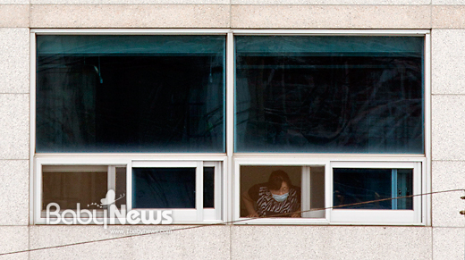 98번 메르스 확진 환자가 발생한 서울 양천구 메디힐병원이 11일 오후 2시부터 통제된 가운데 병원 5층에서 한 여성이 마스크를 착용한 채 창 밖을 내다보고 있다. 이기태 기자 likitae@ibabynews.com ⓒ베이비뉴스