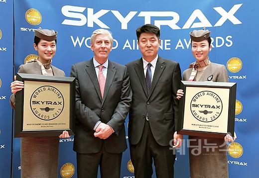 지난 16일 (현지시각) 프랑스 파리 에어쇼 행사장 항공우주박물관에서 열린 2015 스카이트랙스 세계항공대상(2015 Skytrax World Airline Awards) 시상식에서 아시아나항공 송석원 구주지역본부장(우측 두 번째)이 스카이트랙스 CEO 에드워드 플레이스티드(Mr. Edward Plaisted, 우측 세 번째) 및 아시아나 캐빈승무원들과 기념촬영을 하고 있다. ⓒ아시아나항공