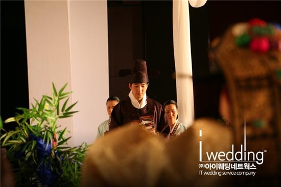 송일국과 그의 아내 정승연 씨는 현대식으로 재해석한 전통혼례를 올렸다. ⓒ아이패밀리sc